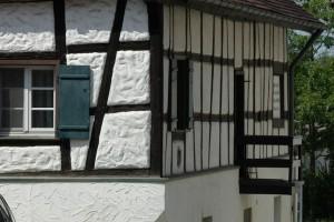 Im Buchauer Städtchen kann man auch altes Fachwerk sehen, wei zum Beispiel das Badhaus.