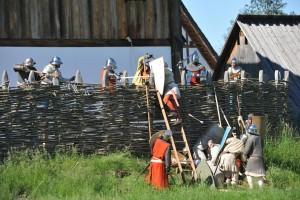 Die Burgbesatzung der Bachritterburg Kanzach zeigt die Erstürmung der Burg, wie es im 13. Jahrhundert passiert ist.