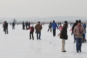 Alle paar Jahre ist es über längere Zeit so kalt und frostig, dass sogar der komplette Federseesteg zufriert. dann kann die ganze Familie Schlittschuhlaufen oder über den See von Gemeinde zu Gemeinde wandern.