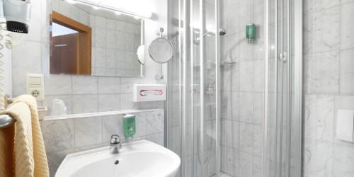 Badezimmer im Komfort Einzelzimmer im Hotel Pension Stern Bad Buchau.