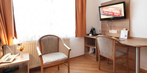 Komfort Einzelzimmer mit großem Fernseher im Hotel Pension Stern Bad Buchau.