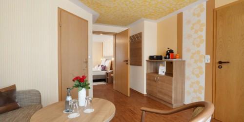 Wohnbereich der Suite mit zweitem Fernseher. Abgetrennt zum Schlafbereich durch eine Türe.
