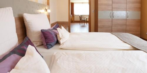 Unsere Suite ist getrennt in Schlaf- und Wohnbereich und kann bei Bedarf als Familienzimmer von bis zu 4 Personen genutzt werden.