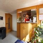 Inhaber, Chef und Seele des Hotel Pension Stern in Bad Buchau in der geöffneten Rezeption