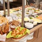 Brötchen, Wurst, Käse, Butter, Tomaten, Gurken, Oliven, Müsli... vom Buffet . Liebevoll angerichtet durch die Familie Neudert.