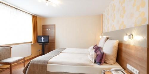 Schlafbereich der Suite. Abgetrennt zum Wohnbereich durch eine Türe.