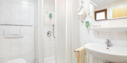 Badezimmer in einem Superior Doppelzimmer im Hotel Pension Stern Bad Buchau
