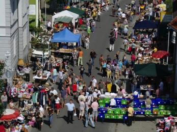 Flohmarkt im Frühling entlang der Hauptstraße durch ganz Bad Buchau