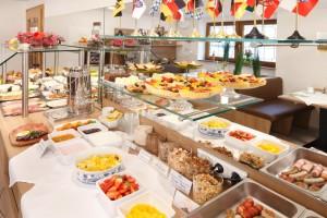 Unser reichhaltiges Frühstücksbuffet anlässlich Ostern mit selbstgemachten Minitörtchen und gefülltem Teegebäck