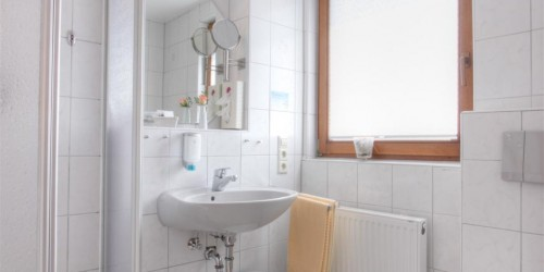 Badezimmer Premium Doppelzimmer im Hotel Pension Stern Bad Buchau