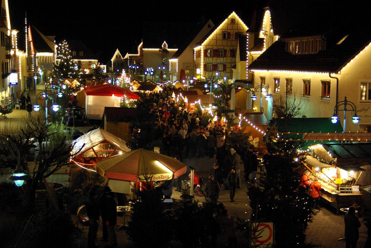 Gut besuchter Weihnachtsmarkt Bad Buchau am Abend. Da schmeckt der Glühwein auch ohne Schnee.