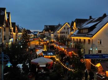 Weihnachtsmarkt Bad Buchau in der Abenddämmerung