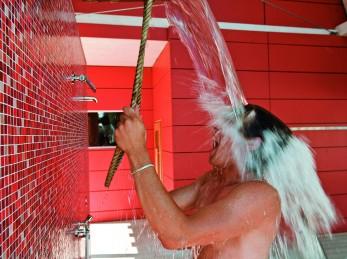 Eiskalte Dusche nach dem Saunabesuch in der Adelindis Therme